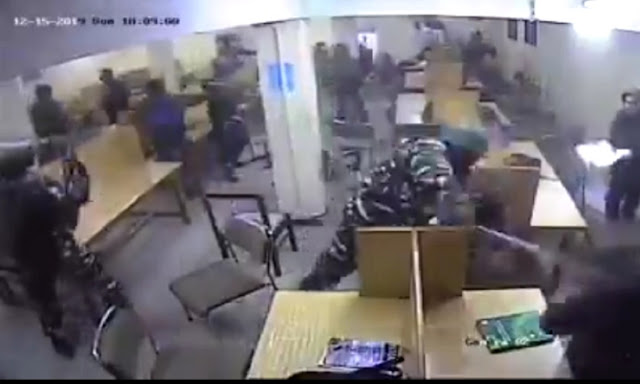 Polisi India Ramai-Ramai Puku1i Muslim yang Sedang Belajar di Perpus