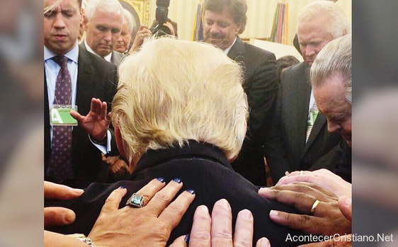 Pastores cristianos orando por Donald Trump en la Casa Blanca