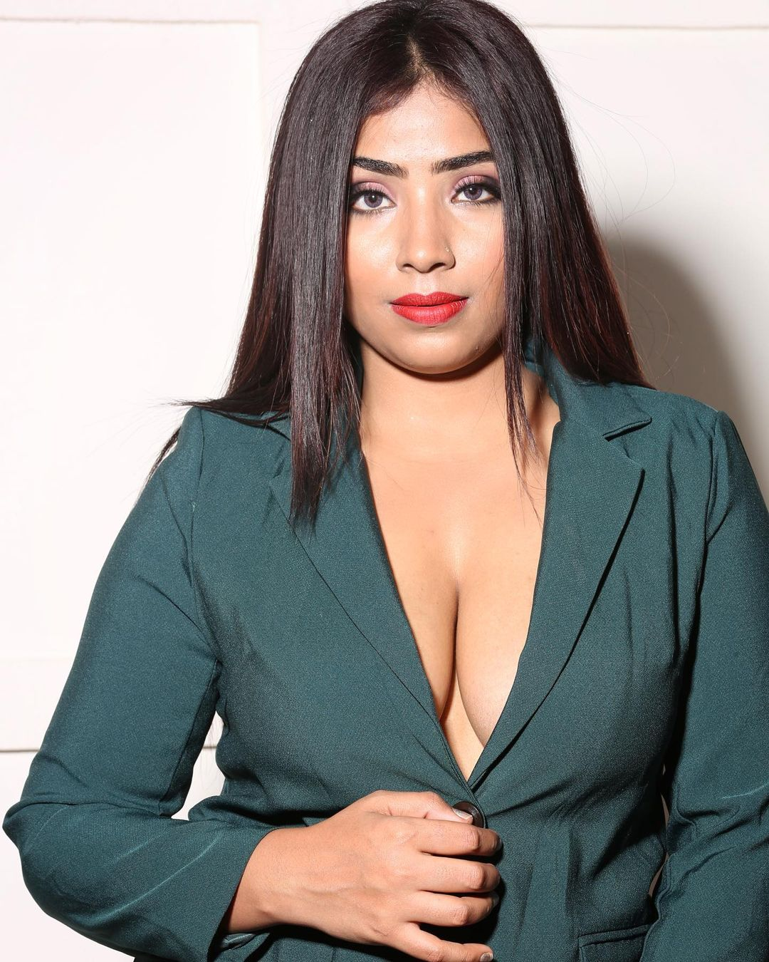 Aayushi jaiswal Ullu actress hot photos gallery