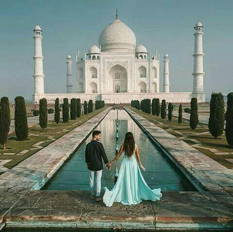 Couple in front of Taj Mahal Latest dp