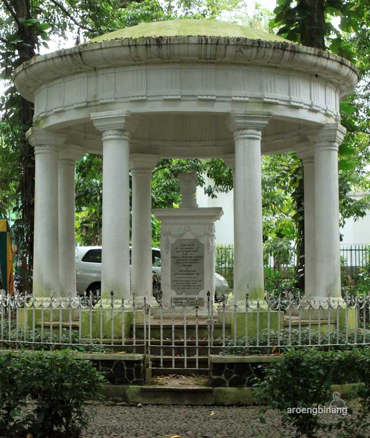 monumen memorial lady raffles kebun raya bogor