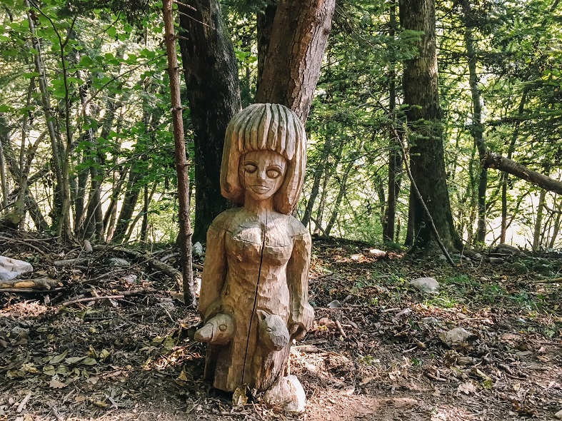 Una scultura sul Sentiero dello spirito del bosco