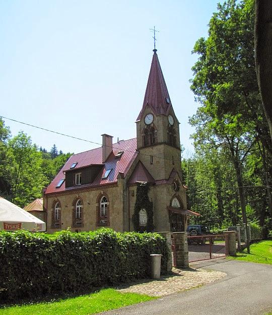 """Długopole-Zdrój (niem. Bad Langenau). Dawny kościół ewangelicki z 1893 roku, obecnie dom mieszkalny i kawiarnia """"Horus""""."""