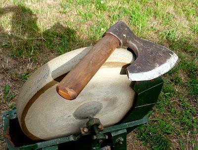 O machadinho dito 'doloire' foi o instrumento ideal para os carpinteiros da catedral. Na foto sobre uma pedra de afiar