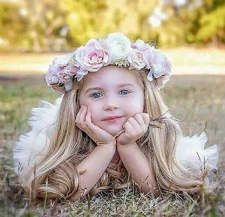 صور بنت صغيرة ممدة على الارض