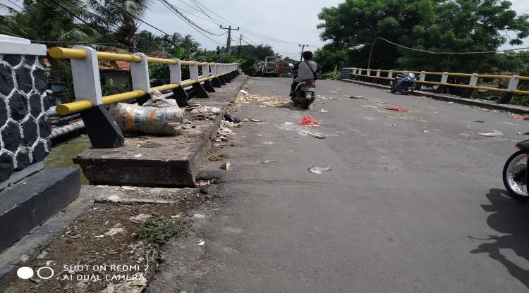 Warga Keluhkan Adanya Penumpukan Sampah di Jembatan Tirtayasa-Pontang