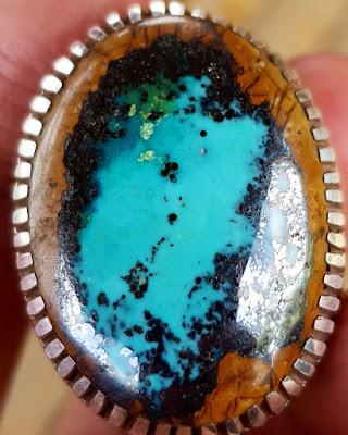 Kombinasi wana yang unik pada batu piru Naisabur