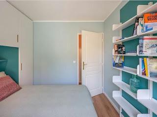 Rak dinding untuk kamar tidur kecil