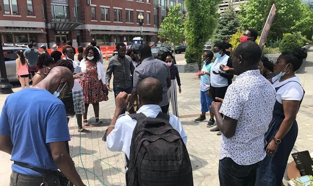 Pastor de Uganda prega nas ruas dos EUA, após pesquisa revelar que jovens não creem em Deus