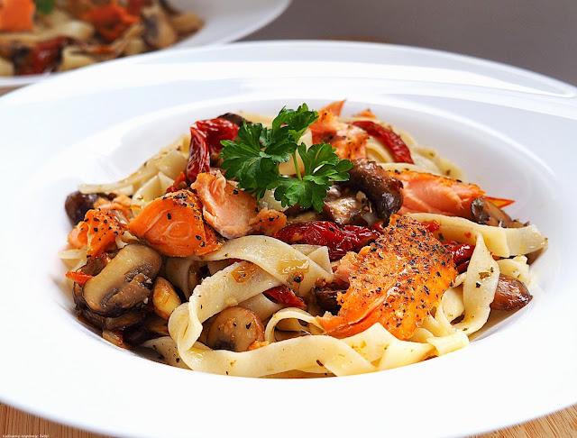 taglaitelle z łososiem, pieczarkami i suszonymi pomidorami