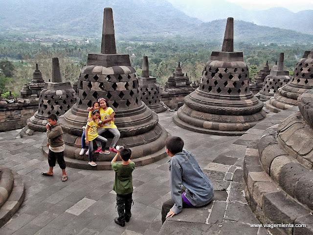 Topo do monumento Borobudur e suas stupas