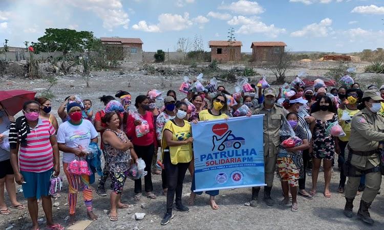 300 cestas básicas são distribuídas pela Patrulha Solidária e Programa Mãos, em Vitória da Conquista