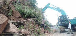 Polres Dompu dan Dinas PU Bersihkan Tumpukan Longsor Nanga Tumpu