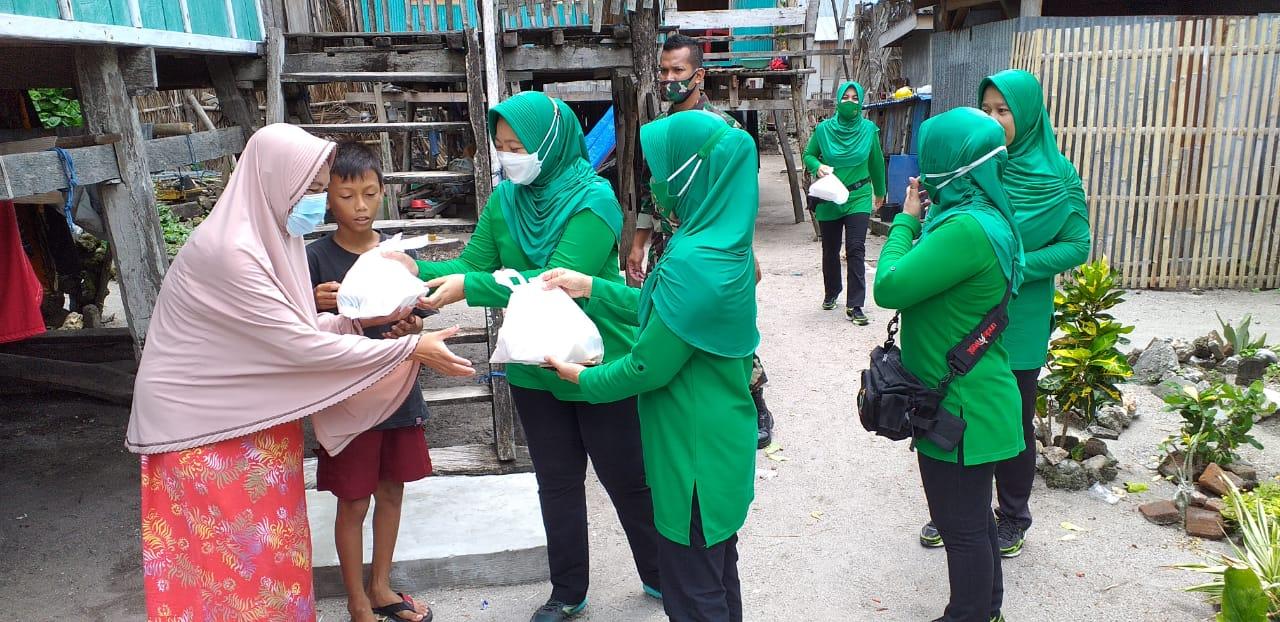 Sambangi Kaum Dhu'afa, Persit KCK XXIX Kodim 1415 Selayar Berbagi Nasi Boks dan Masker