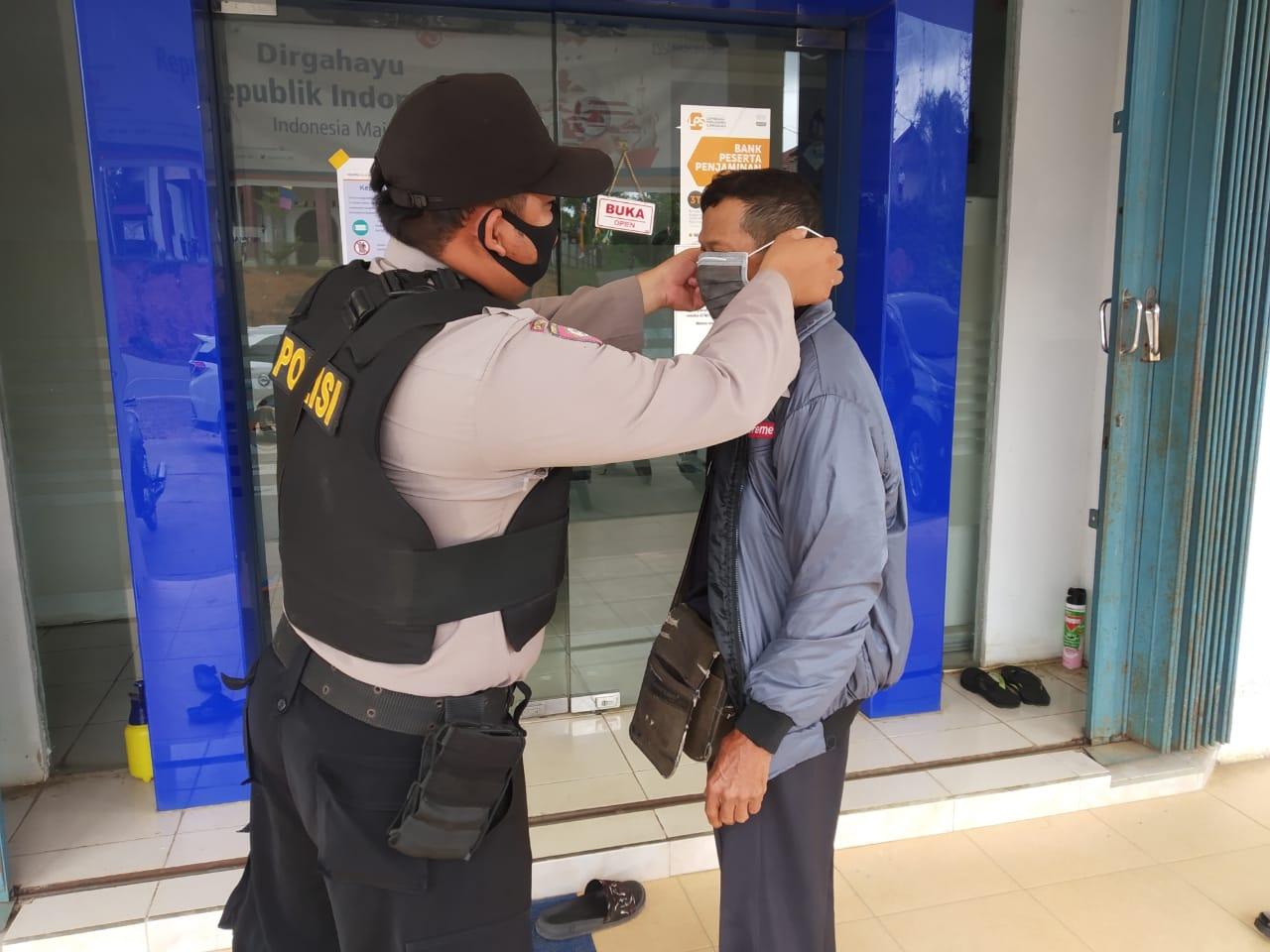 Era AKB, Bhabinkamtibmas Polsek Manuhing Laksanakan Sambang dan Bagikan Masker Gratis