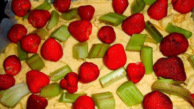 proste ciasto z owocami-z rabarbarem i truskawkami - Czytaj dalej »