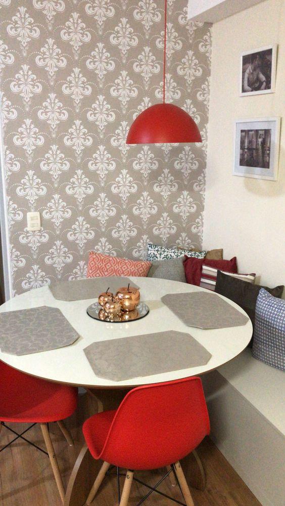 sala de jantar com papel de parede mesa redonda