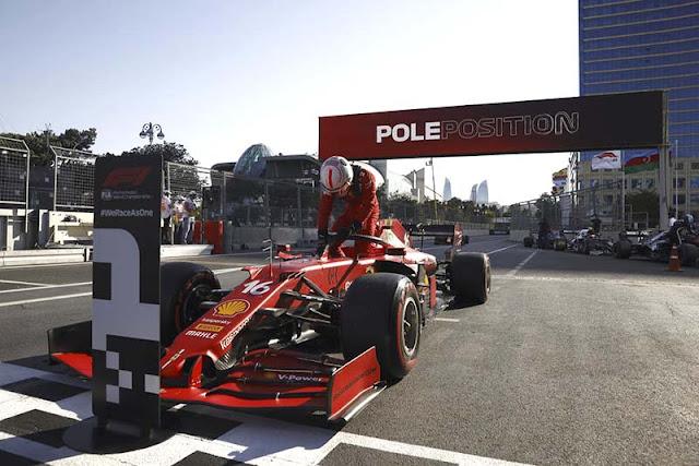 El monegasco Charles Leclerc (Ferrari) saldrá primero este domingo en el Gran Premio de Azerbaiyán, el sexto del Mundial de Formula Uno, que se disputa en el circuito urbano de Baku, la capital del país.  Leclerc firmó este sábado la novena 'pole' de su carrera en F1 -la segunda consecutiva- al cubrir los 6.003 metros de la pista de Baku en un minuto, 41 segundos y 218 milésimas, 232 menos que el séptuple campeón mundial inglés Lewis Hamilton (Mercedes), que saldrá segundo.     El holandés Max Verstappen (Red Bull) -líder del campeonato- arrancará tercero en Baku, donde los españoles Carlos Sainz (Ferrari) y Fernando Alonso (Alpine) saldrán quinto y noveno, respectivamente; mientras que el mexicano Sergio Pérez (Red Bull) afrontará desde el séptimo puesto de parrilla.  EFE