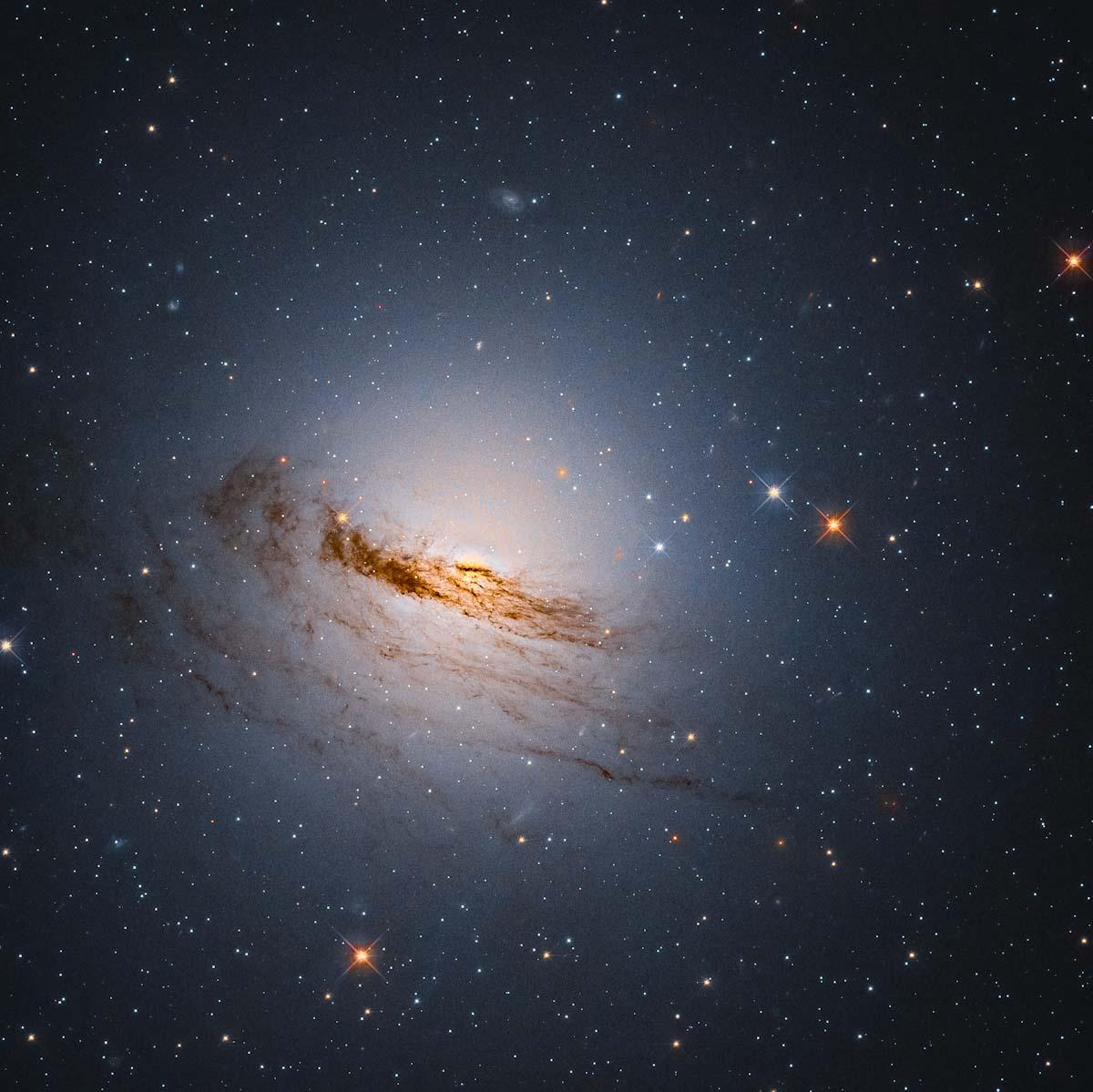 Hubble revela o brilho remanescente de uma galáxia em ruínas