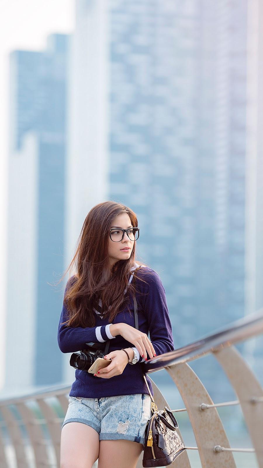 Wallpaper HD Presenter Seksi Sandra Olga cewek manis pakai kacamata indah
