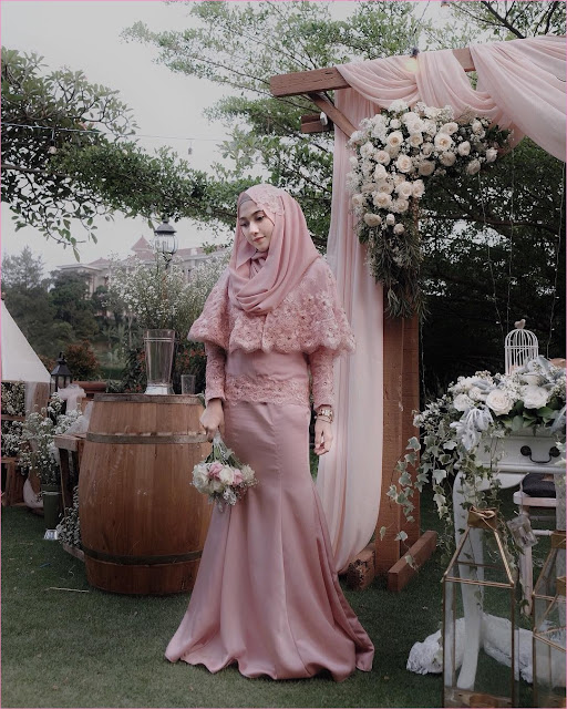 Outfit Baju Bridesmaid Berhijab Ala Selebgram 2018 kebaya terusan kain brokat satin pink muda pastel hijab pashmina diamond ciput rajut abu wedges high heels jam tangan ootd outfit kondangan trendy buket bunga