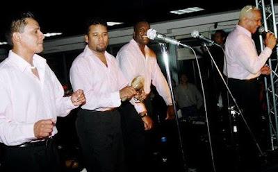 Foto del Grupo Niche cantando en concierto