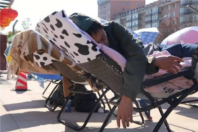 People compete to win sleeping competition in China