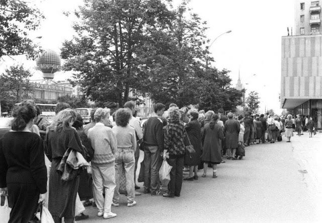 Первый день официальной продажи в СССР Марса-Сникерса-Баунти, 1990 год.