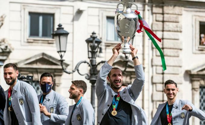 Festa Azzurra al Quirinale, Chiellini e Mancini da Mattarella con la coppa