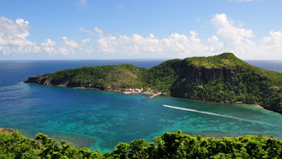 Paysage de Guadeoupe vue aérienne : plage et verdure