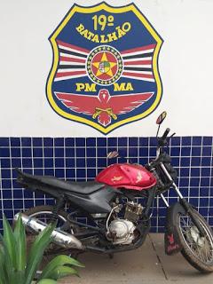 Pedreiras: Policia Militar prende elementos e recupera moto roubada.