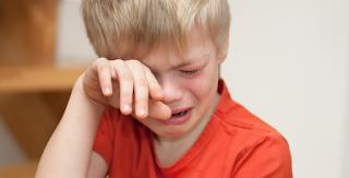 Το Αγόρι γεμάτο Αίματα, έκλαιγε ασταμάτητα. Όταν οι Αστυνομικοί κατάλαβαν ΤΙ είχε συμβεί, Πάγωσαν!