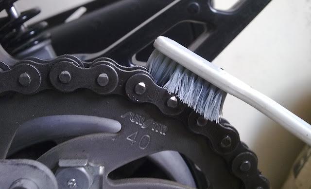 Cara membersihkan rantai motor (ala ane) by Muzammar - Berita Otomotif