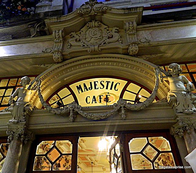 Detalhe da fachada art nouveau do Café Majestic, no Porto