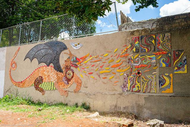 O Dragão - mosaico em muro de escola