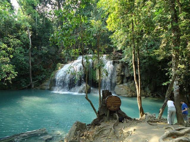 น้ำตกเอราวัณ อยู่ในเขตพื้นที่อุทยานแห่งชาติเอราวัณ จังหวัดกาญจนบุรี เป็นสถานที่ท่องเที่ยวสุดฮิตของชาวไทยและชาวต่างชาติต่าง
