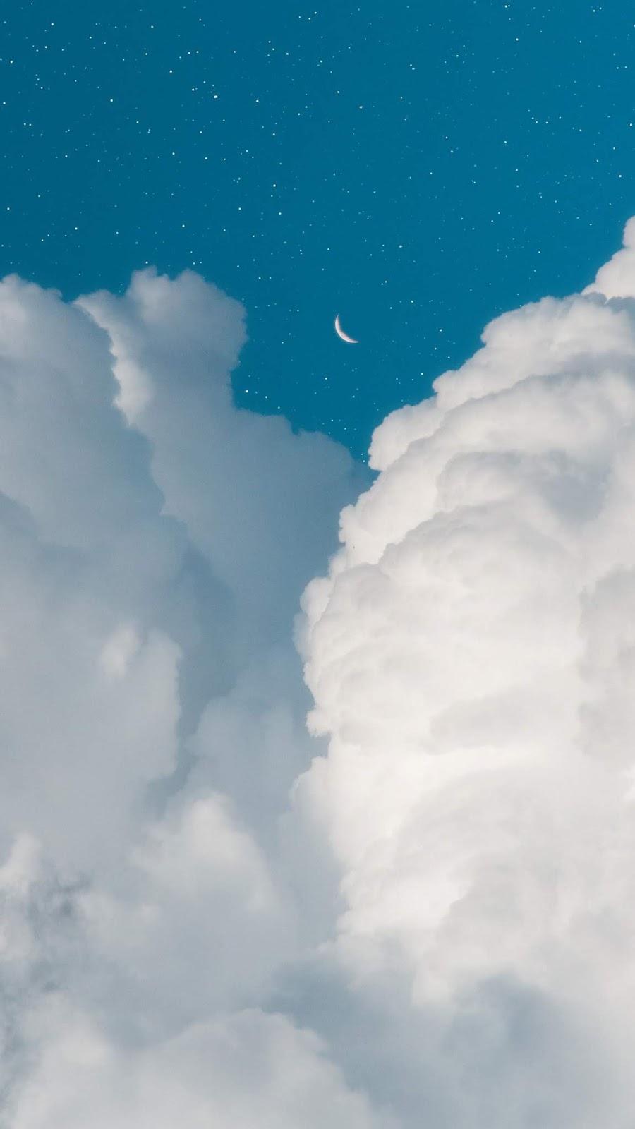 Mặt trăng khuyết trên trời mây