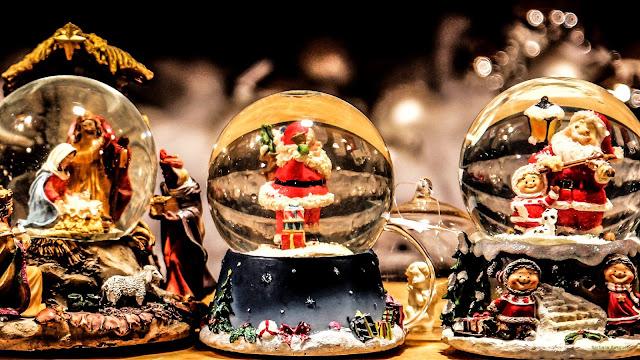 Sneeuwbollen met kerstmannen en kerststal.