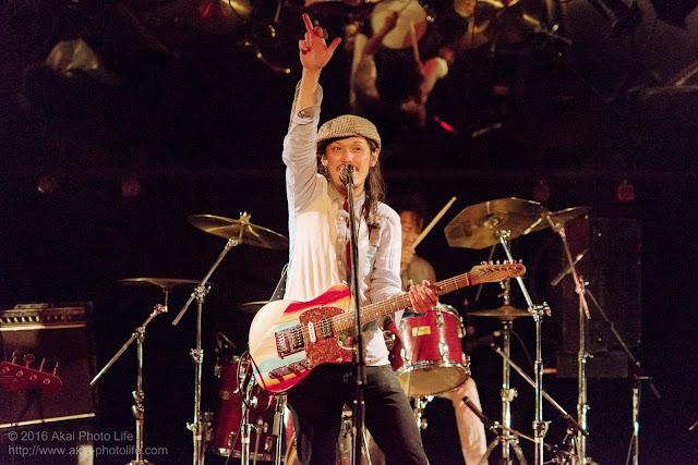ライブハウスシルバーエレファントで撮影したバンドすずなのヴォーカルの写真