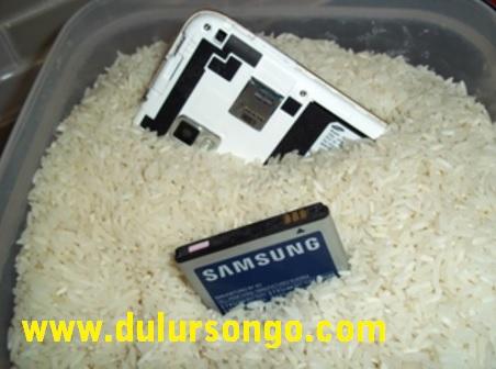 Cara Mengatasi Handphone Yang Terkena Air di rendam ke dalam beras