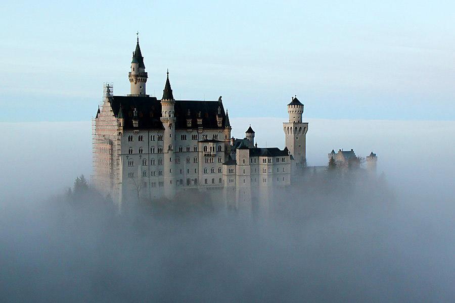 Замок Нойшванштайн в облаках
