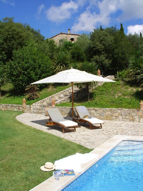 piscina con tumbonas de madera chicanddeco