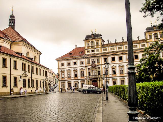 Palácio Toscano, na Hradčanské náměstí, a praça do Bairro do Castelo, em Praga