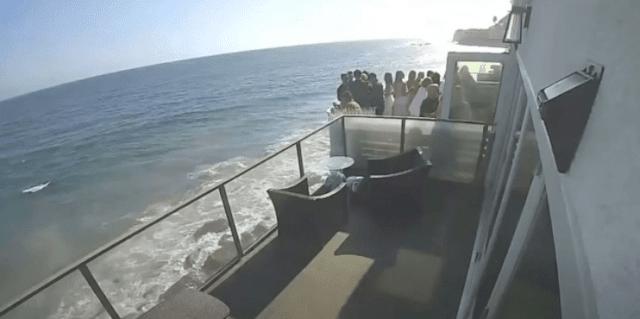 Τρόμος: Μπαλκόνι καταρρέει και 15 άνθρωποι πέφτουν στο κενό (βίντεο)