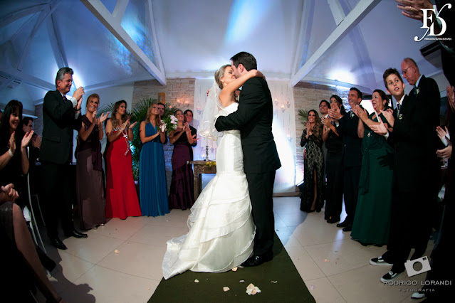 casamento com cerimônia e recepção no salão do bosque do ipanema sports em porto alegre com decoração simples e rústica em tons quentes como amarelo e laranja por fernanda dutra eventos cerimonialista em porto alegre wedding em portugal brasileiros casando na europa