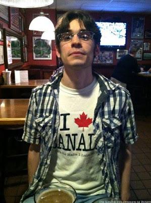 Lustiger Mann in Bier-Bar - Ich liebe Kanada - peinliche Fotos