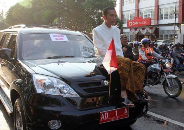 Kelakuan Julid Warganet Soal Berita Jokowi Momong Cucu