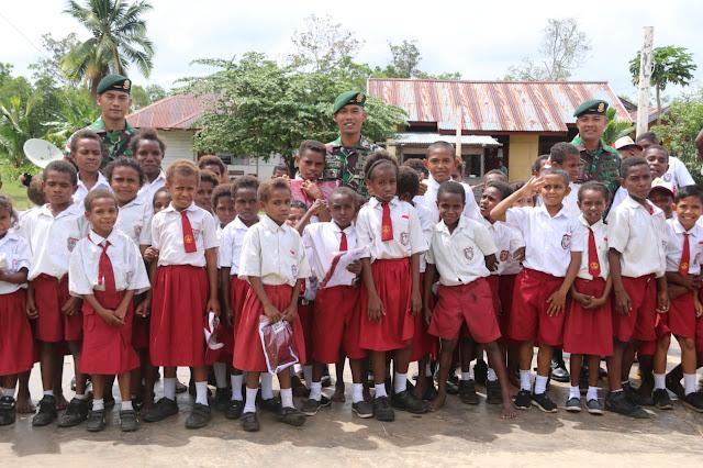 Kado HUT Ke-74 TNI, Satgas Yonif 411 Kostrad Bagikan Seragam di Sekolah Perbatasan