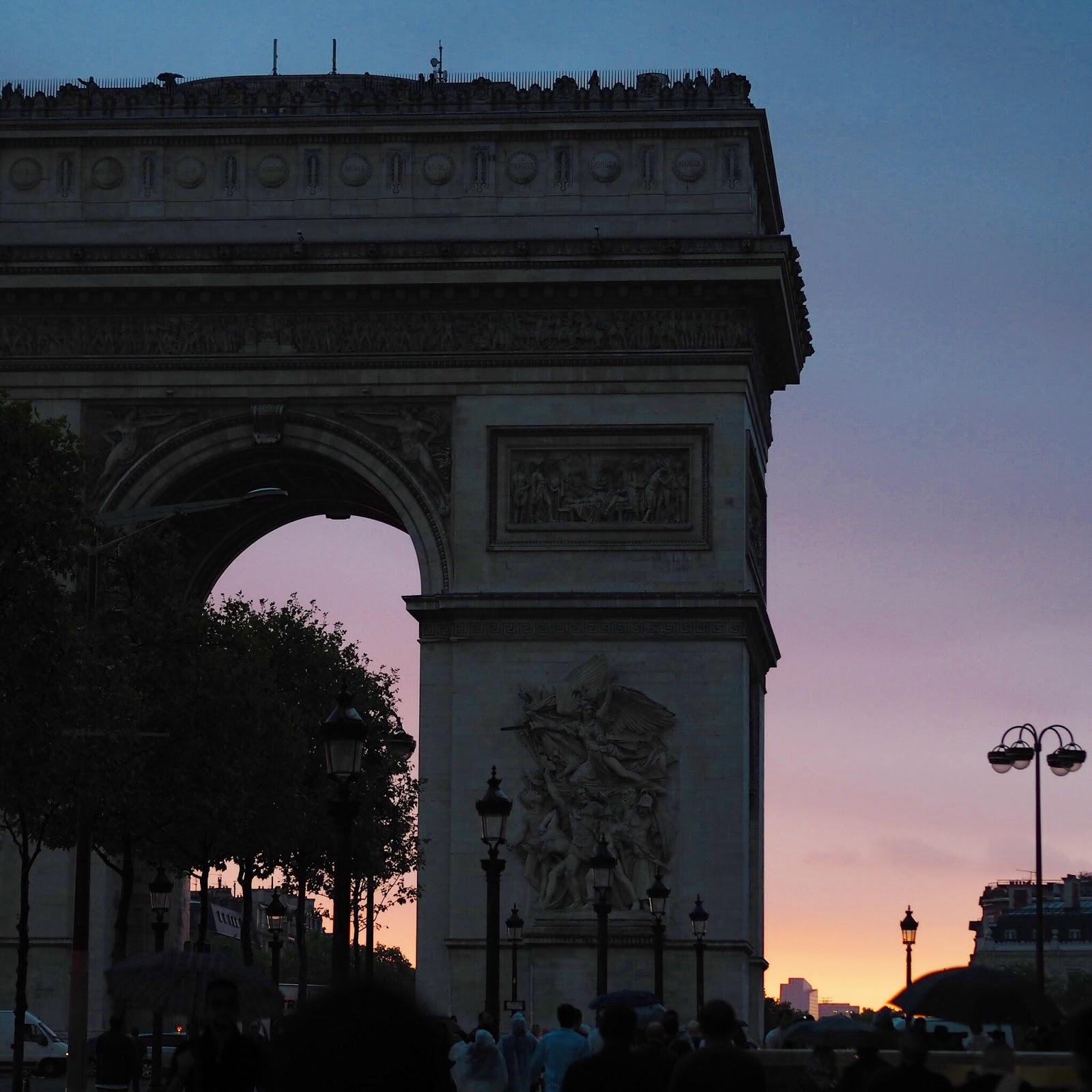arc du triomphe at sunset in paris