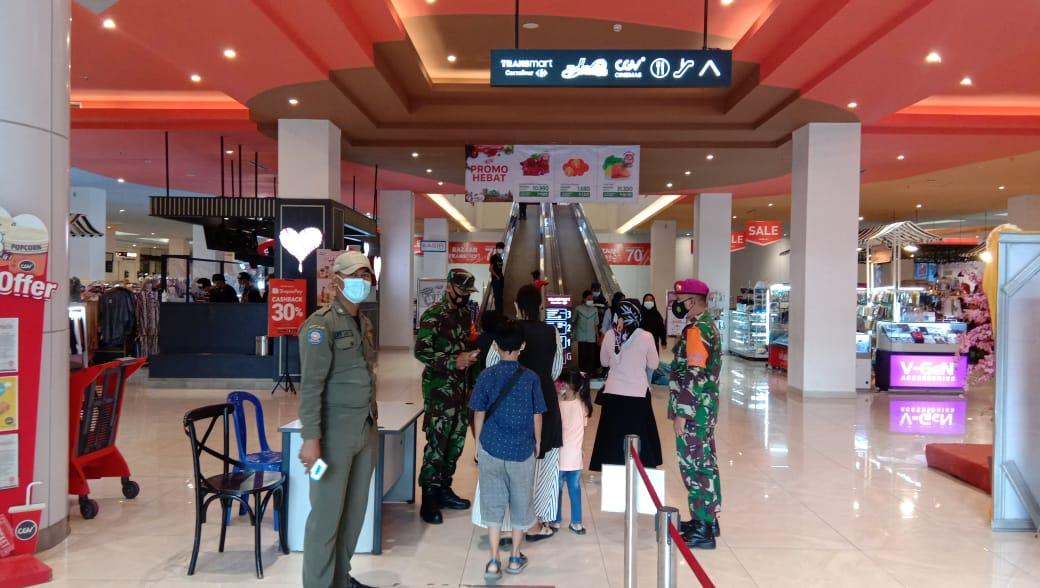 Babinsa di jajaran Kodim 0410KBL bersama Gugus tugas percepatan Covid-19 memberikan himbauan kepada masyarakat di Mall maupun di pasar yang berada di wilayah Kota Bandar Lampung